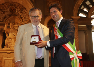 JHH Weiler receives the Fiorino D'Oro from Mayor Dario Nardella